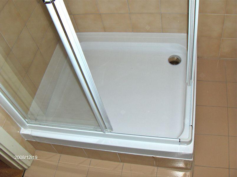 Sovrapposizione e sostituzione di un piatto doccia