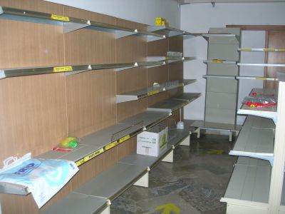 Casa moderna roma italy scaffalature per negozi for Arreda negozi shop